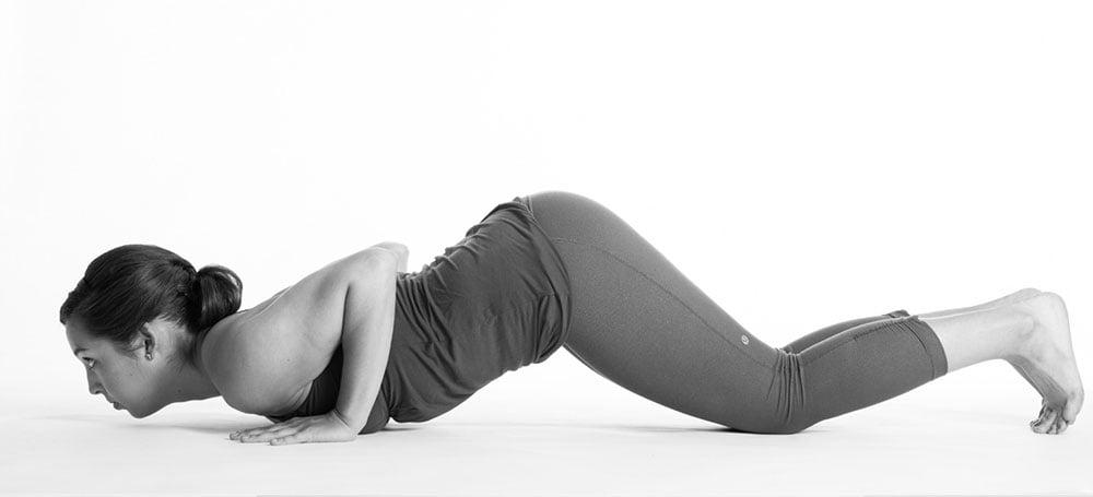 le posizioni base dello yoga, ecco quella del cane o cobra a testa in sù