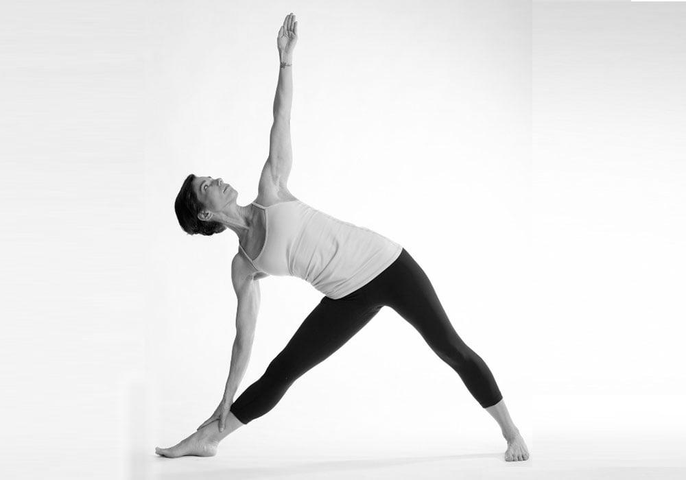 le posizioni base dello yoga, ecco quella del triangolo