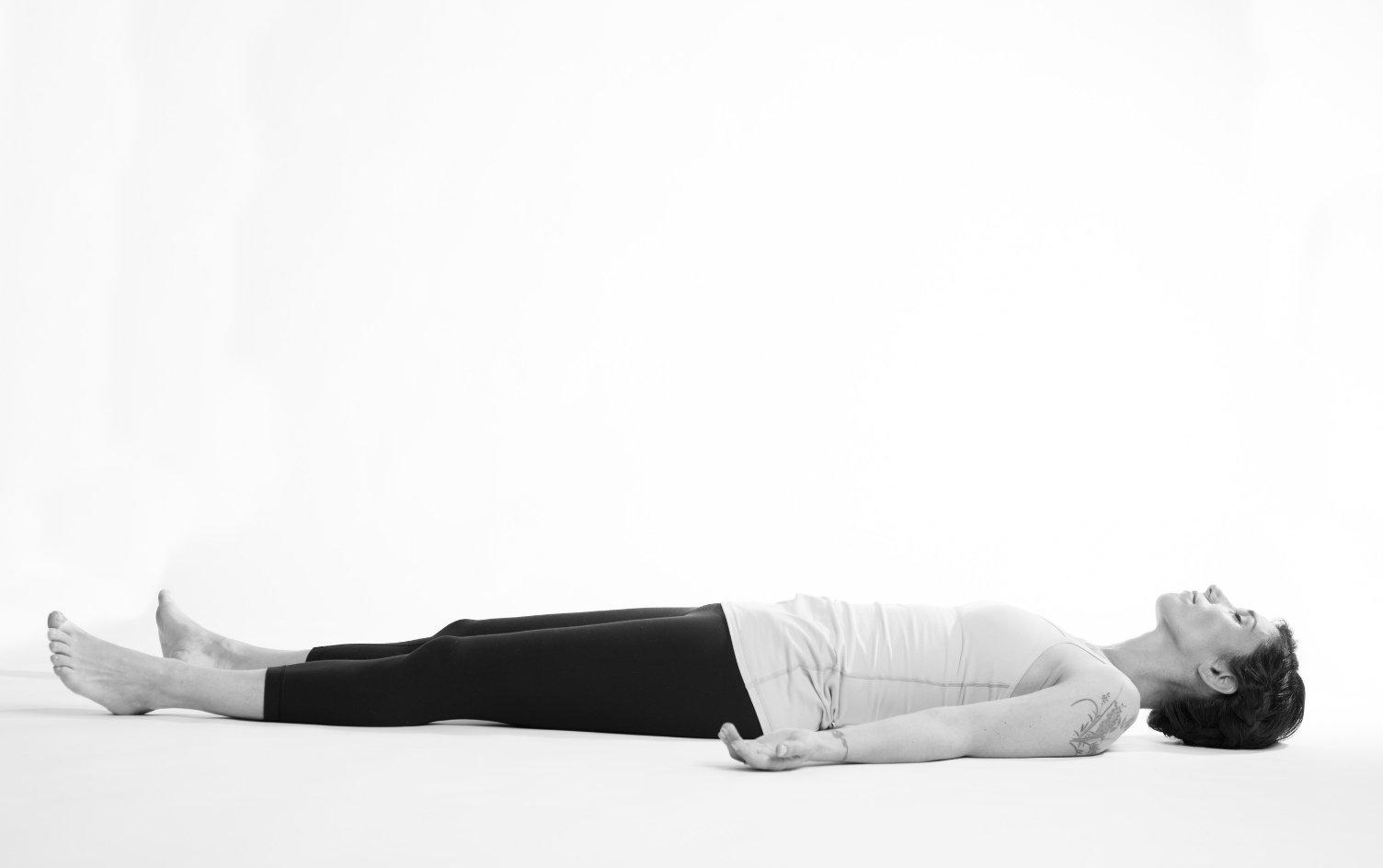 La posizione  yoga del Savasana, da fare a fine allenamento