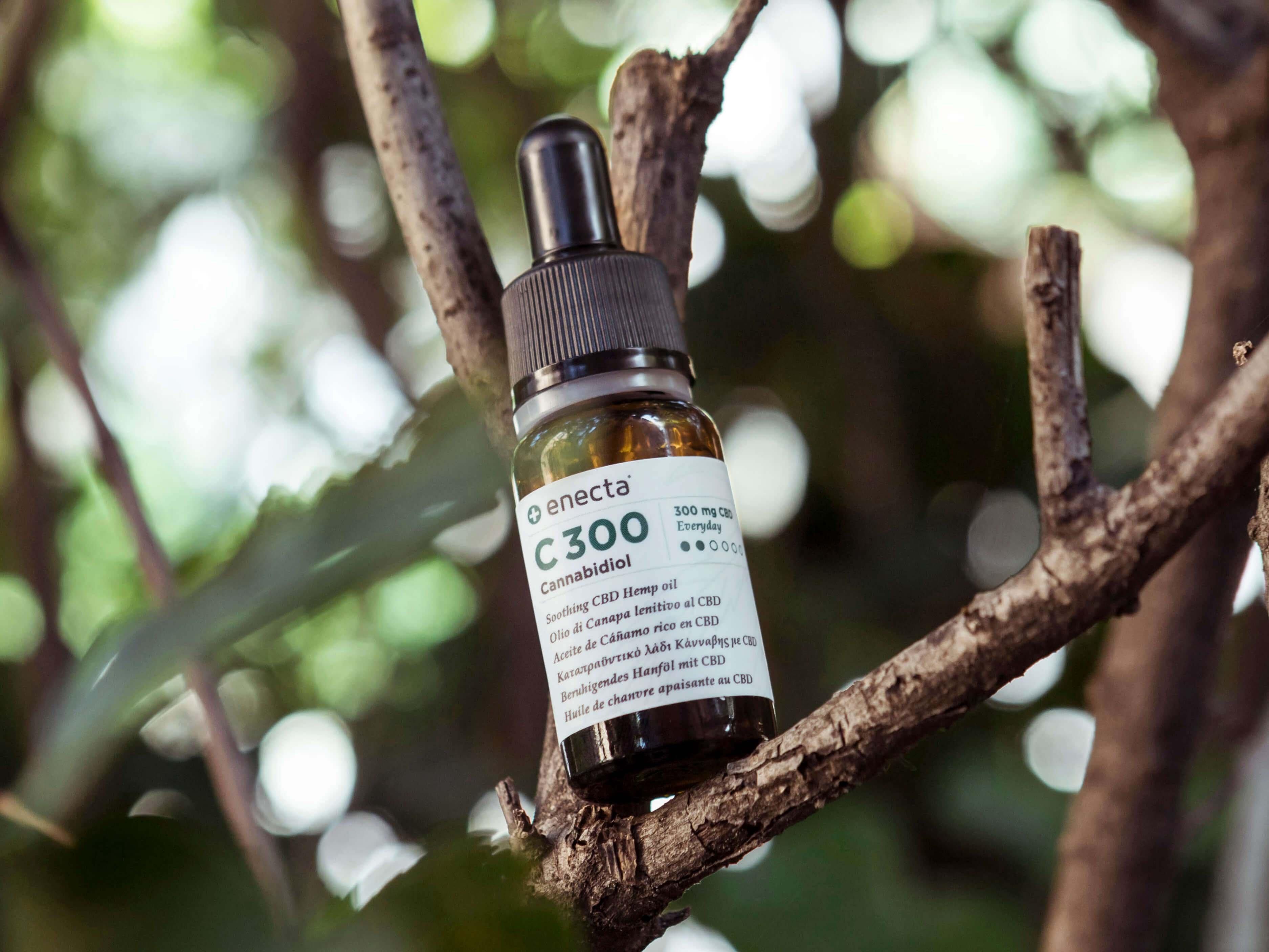 l'olio di cbd può essere assunto per ingestione, per via orale, tramite un vaporizzatore o spalmandolo sulla pelle.